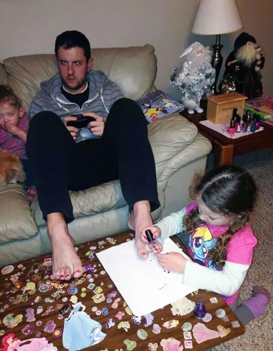 2- Permita que a sua filha faça você a pedicura enquanto você joga videogames