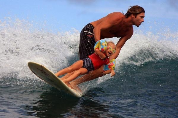 7- Ensinar a sua filha surfar. Por que não?