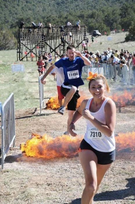 8- As chamas parecem cria um sorriso no rosto das mulheres.