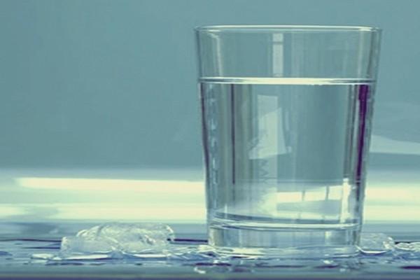 A mulher que é alérgica a água