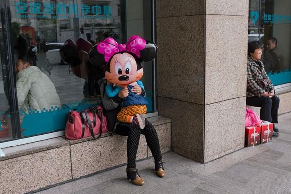 Parece que Minnie move a cabeça de uma forma macabra!