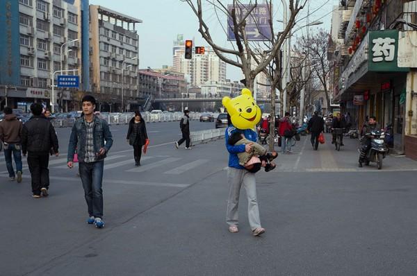 O Ursinho Puff saiu para uma caminhada ao redor da cidade.