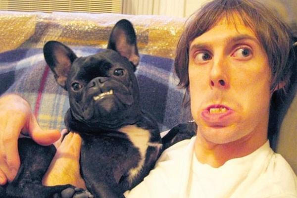 Os dentes desse guri e seu cachorro