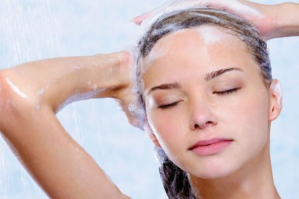 Lavar os cabelos com água muito quente