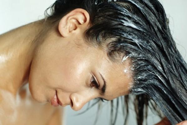 Passar condicionador na raiz dos cabelos