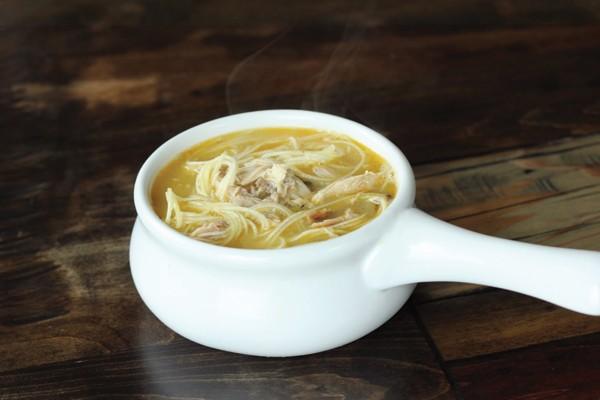 Sopa de franco com macarrão