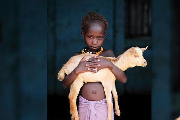 Uma menina e sua cabra