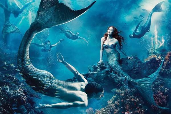 Julianne Moore como Ariel e Michael Phelps como Tritão
