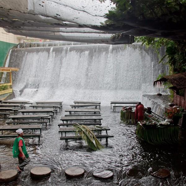 Restaurante na cachoeira em Villa Escudero