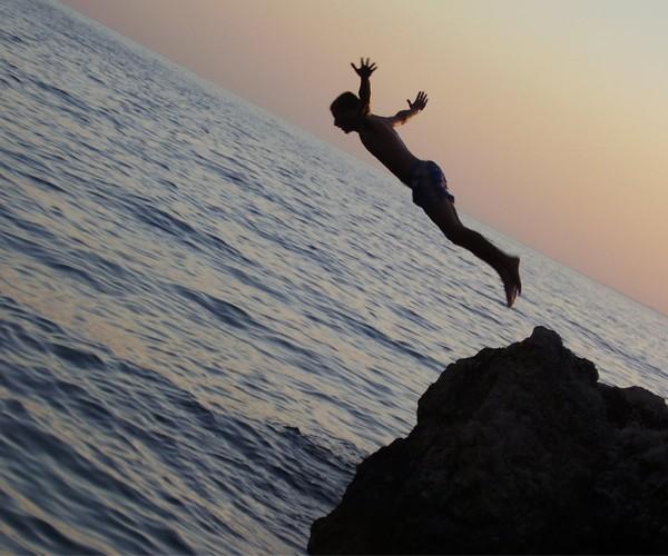 Saltar de um penhasco direto ao mar, em Ariel's Point, Boracay