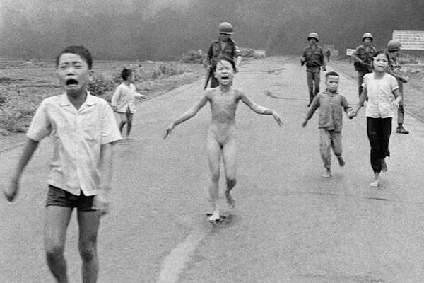 Crianças fugindo e chorando