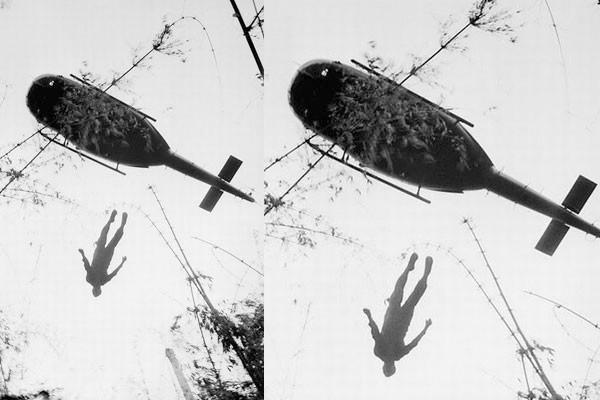 Soldado caindodo helicóptero