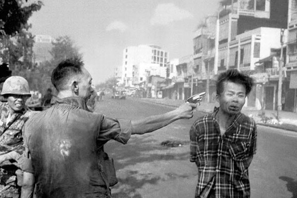 Um soldado e uma vítima da guerra
