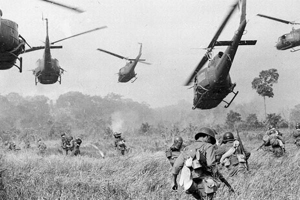 Soldados e seu helicóptero