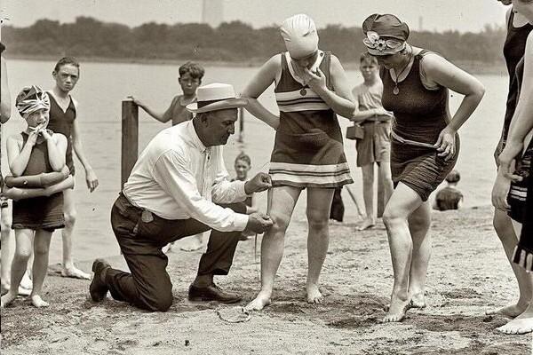 1922 Fiscal confere se os trajes de banho estão nas medidas