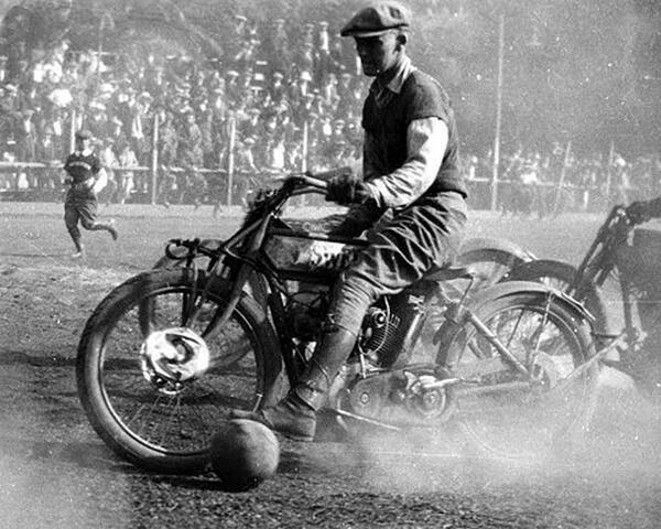 1919 Homens jogavam futebol com motocicletas