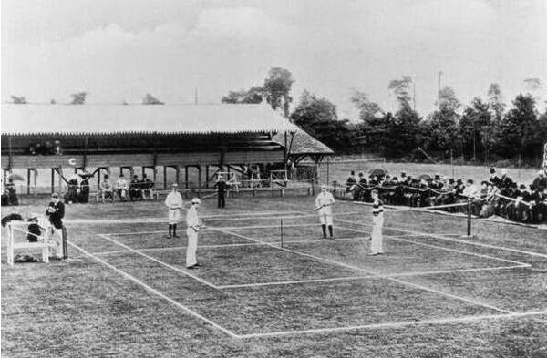 1883 Primeira partida internacional de tênis em Wimbledon