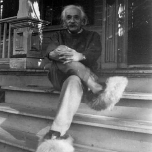 1950 Albert Einstein relaxa de pantufas