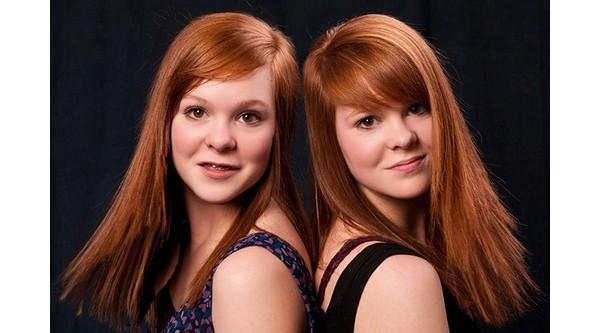 Os gêmeos idênticos espalhados possuem traços assimétricos inversos