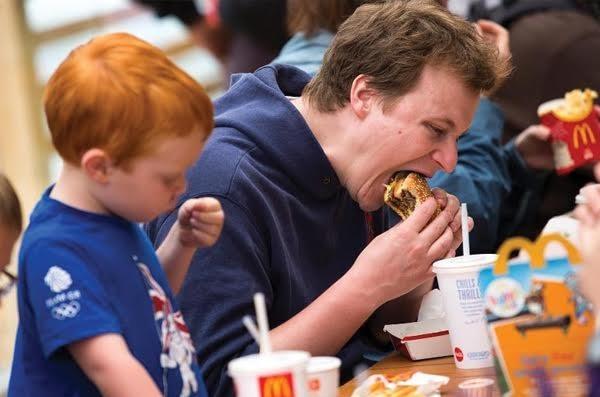 São alimentadas cerca de 68 milhões de pessoas por dia pelo McDonald's