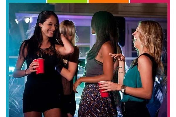 """""""Claro que você pode sair com suas amigas para beber!"""""""