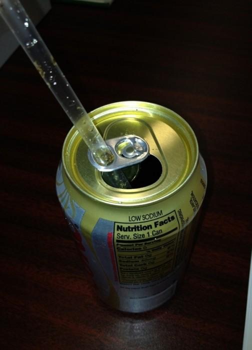 Alguns lacres de refrigerante também funcionam como suporte para canudos.