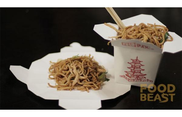 Embalagens de comida chinesa para viagem são na verdade confeccionadas para serem desdobradas e virarem pratos.