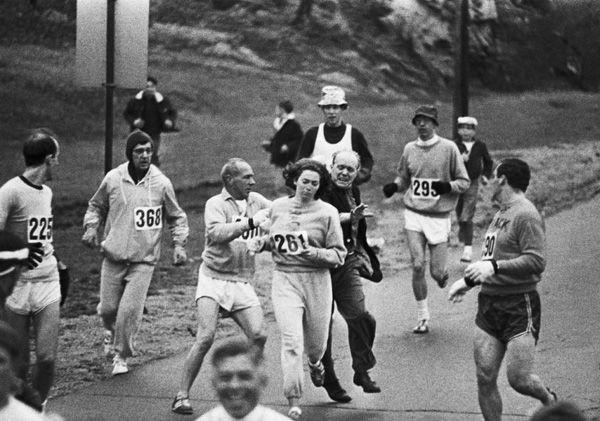 Kathrine Switzer, a primeira mulher a correr a Maratona de Boston (mesmo após tentar ser impedida pelos organizadores) – 1967