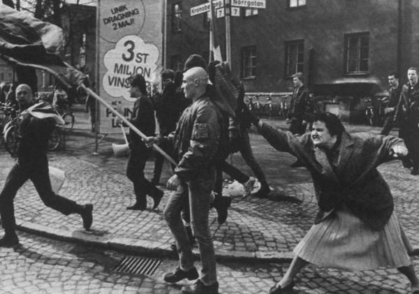 Sueca atinge manifestante neo-Nazista com sua bolsa. Ela seria sobrevivente de um campo de concentração – 1985f