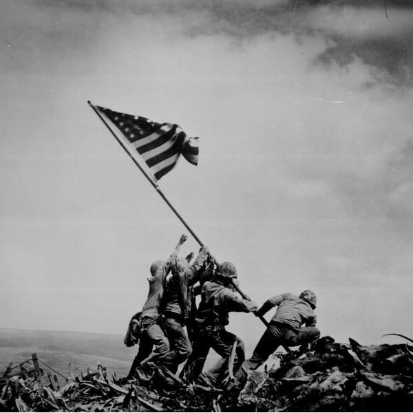 Erguendo a Bandeira em Iwo Jima