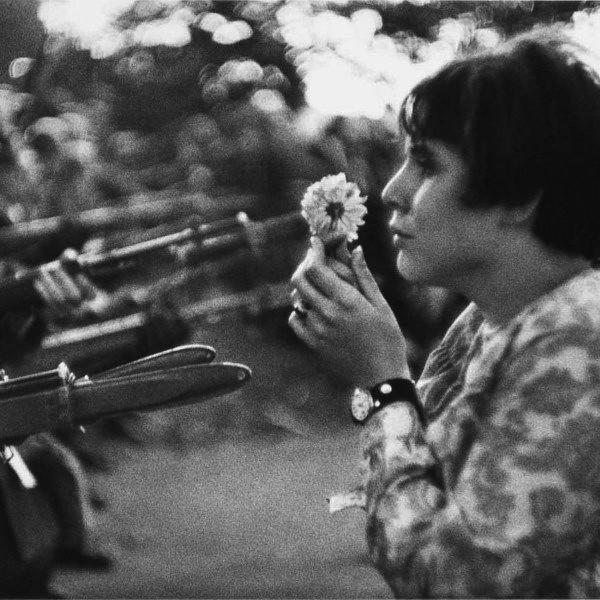 Jovem segurando uma flor