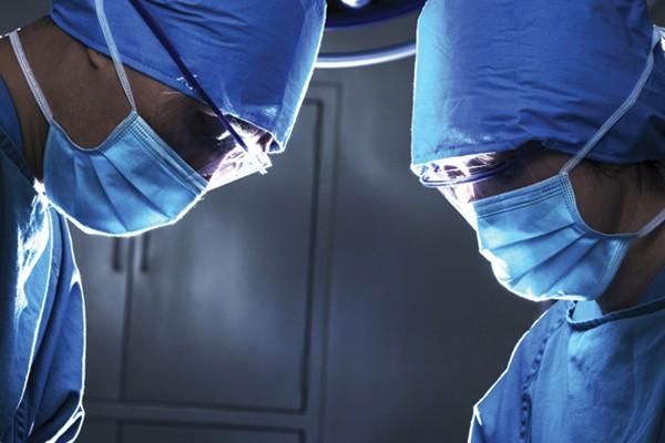 Médicos de salas de emergência
