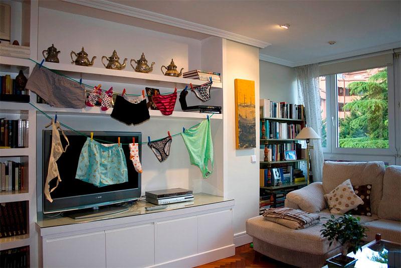 3. Estender as roupas no salão ou no quarto em vez de no pátio ou terraço