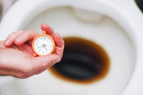 4. Eliminar os maus odores da canalização com café ou cola