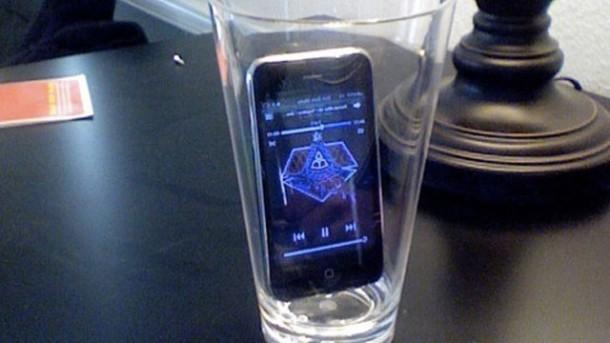 15. Usar um copo para amplificar o som do seu celular