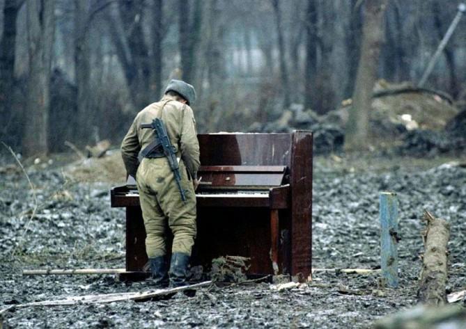 4. Soldado russo executando um piano