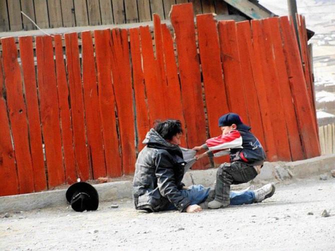 8. Uma criança carregando seu pai alcoólatra