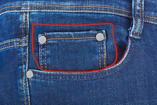 O bolso pequeno da calça jeans