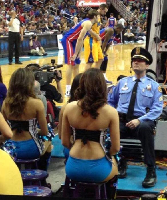 Guarda de seguridade num jogo de basquete