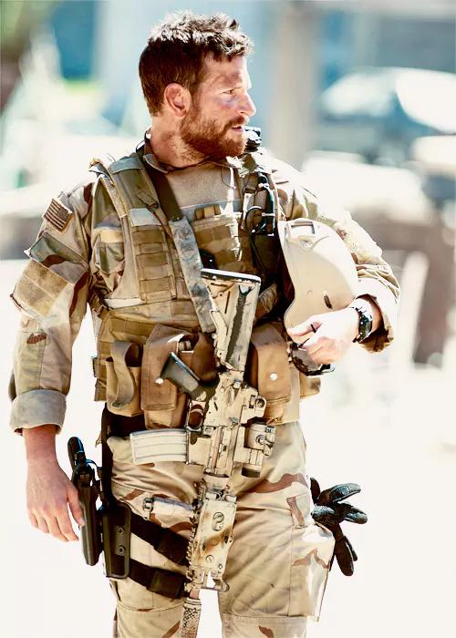 Sniper Americano teve o estreio no cinema em Los Angeles o 11 de novembro do 2014, logo de apresentar Selma no Teatro Egípcio de Grauman. O filme teve outro estreio limitado o 25 de dezembro do 2014, antes do seu estreio total o 16 de janeiro do 2015.