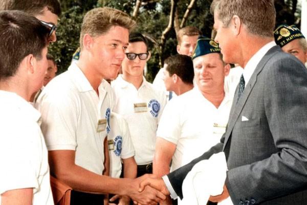Bill Clinton quando era muito jovem saudando a John F. Kennedy