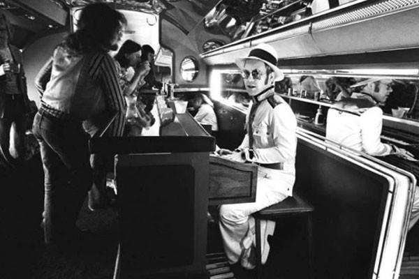 Elton John no piano-bar a bordo de seu jato particular
