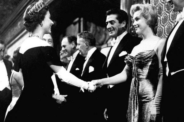 Encontro de Marilyn Monroe com a rainha Isabel II