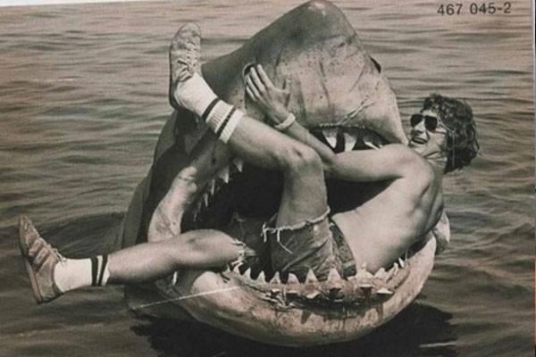 Steven Spielberg sentado num tubarão mecânico