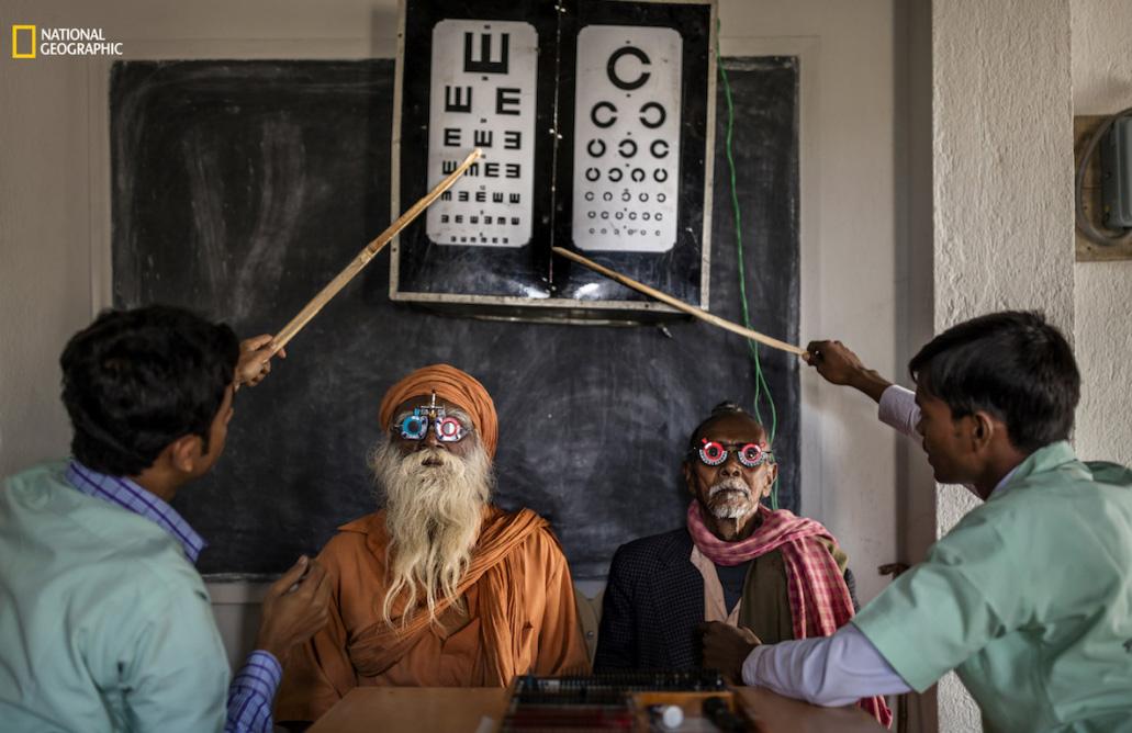 Exame oftalmológico na Índia