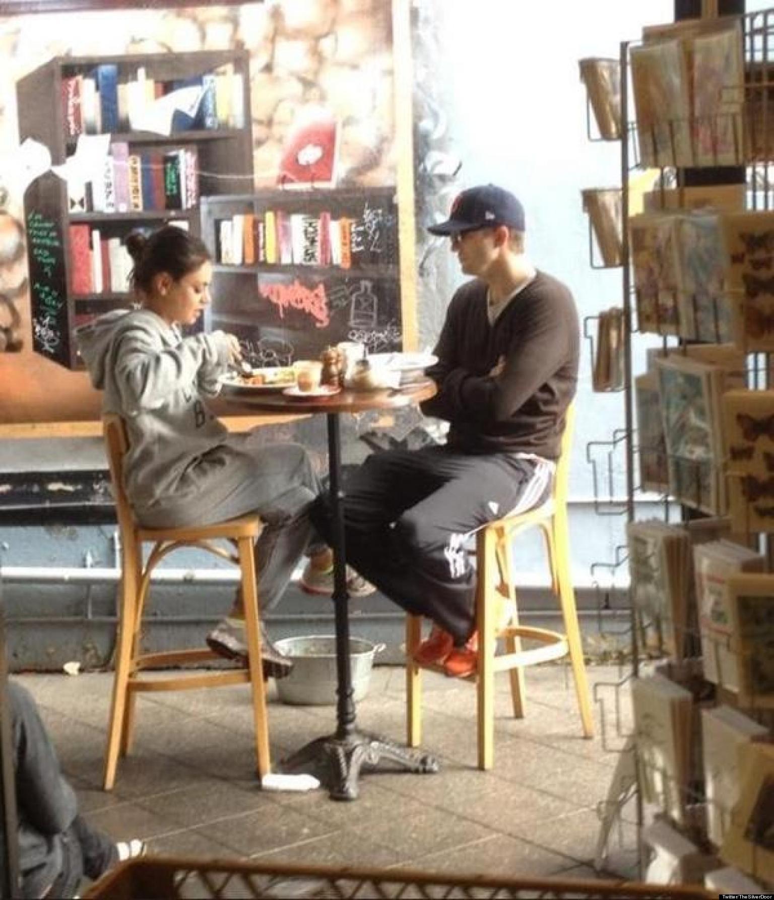 Ashton Kutcher e Mila Kunis tomando café da manhã