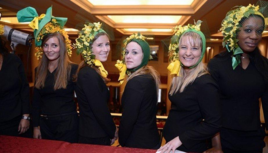 França: Dia de chapéus engraçados para solteiros