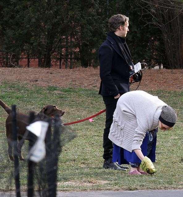 Anne Hathaway coletando as traquinagens do seu animal de estimação