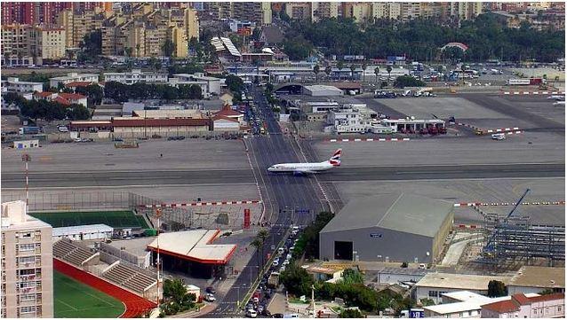 Aeroporto de Gibraltar no meio de uma estrada