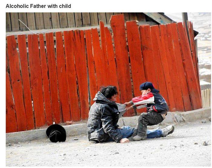 Uma criança arrastando seu pai alcoolizado